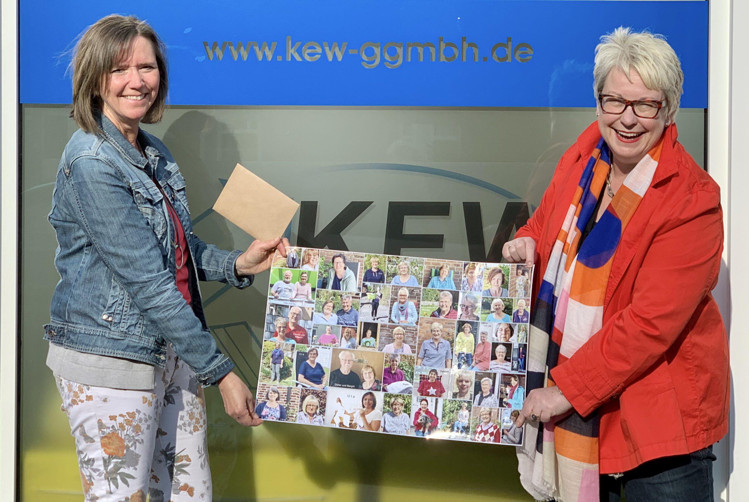 Uta Cramer (links) überreichte im Namen der ZWAR-Gruppe, deren Mitglieder sie als Fotocollage mitgebracht hatte, die Spende an Heimleiterin Kristina Sollich von der KEW - natürlich unter Einhaltung des Abstandsgebotes. Foto: KEW