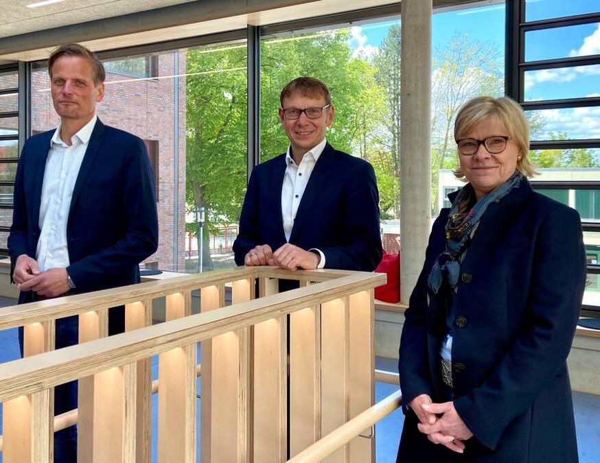 Nicola Buschkotte wurde von Bürgermeister Lothar Christ und Bildungsdezernent Alexander Ruhe (links) offiziell vorgestellt. Foto: Stadt Werne