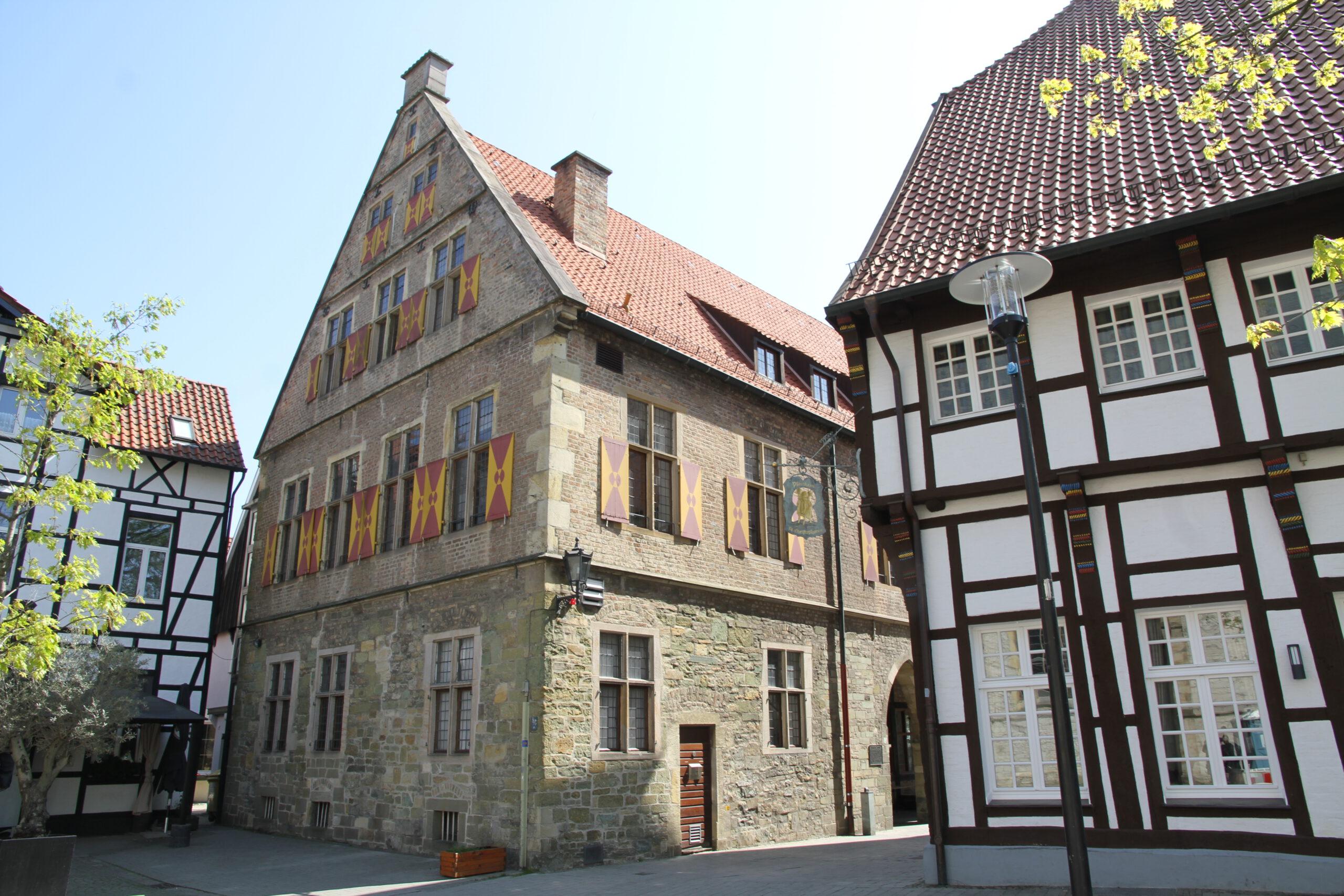 Auch das Alte Rathaus wird heute, Montag, ab 21 Uhr in rot getaucht. Foto: Wagner