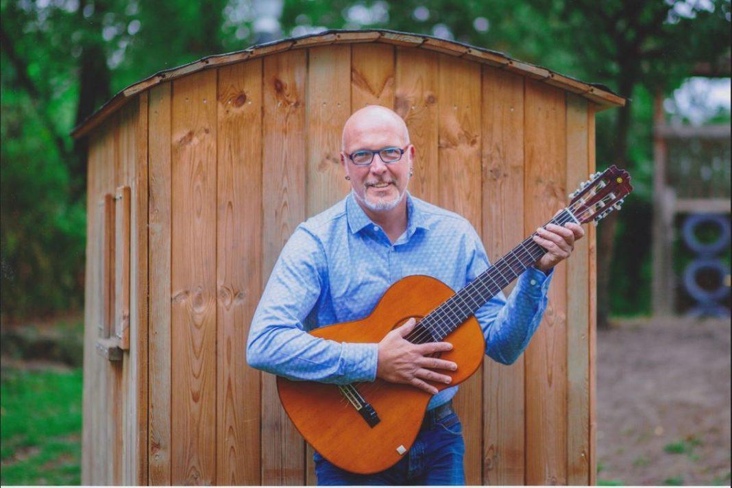 Willi Leitow bleibt virtuell in Kontakt mit seinen jungen Musikschülern. Foto: Musikschule Lautfrosch
