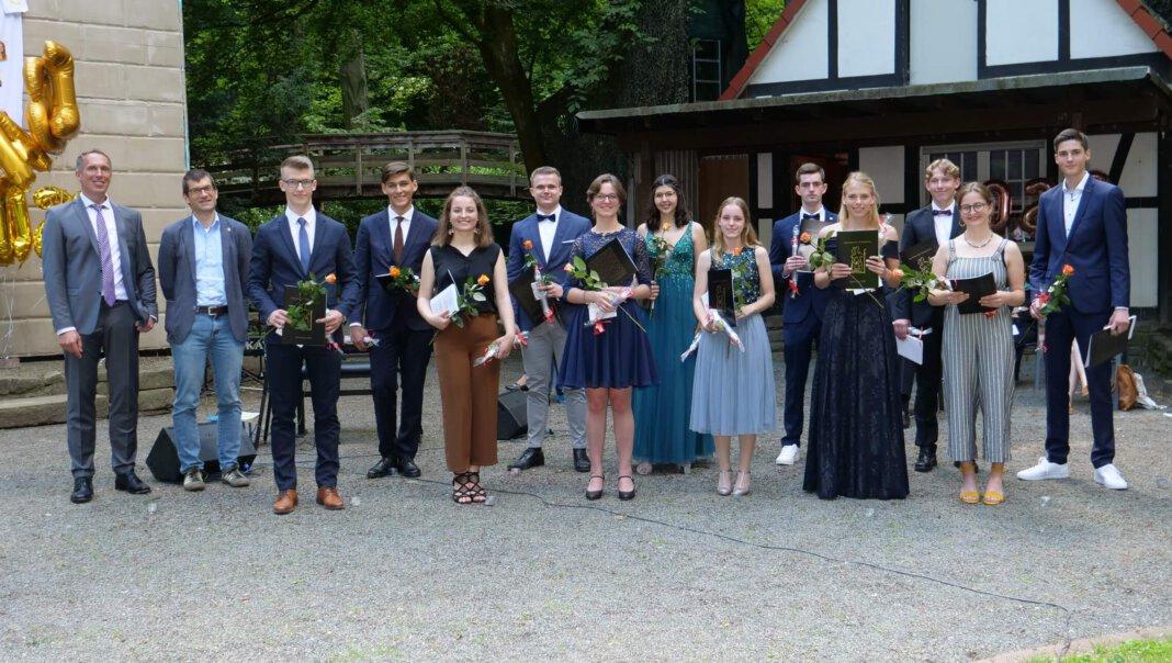 Die Abiturienten des Gymnasiums St. Christophorus nahmen ihre Auszeichnung in der Freilichtbühne entgegen. Foto: Fotohaus Kraak