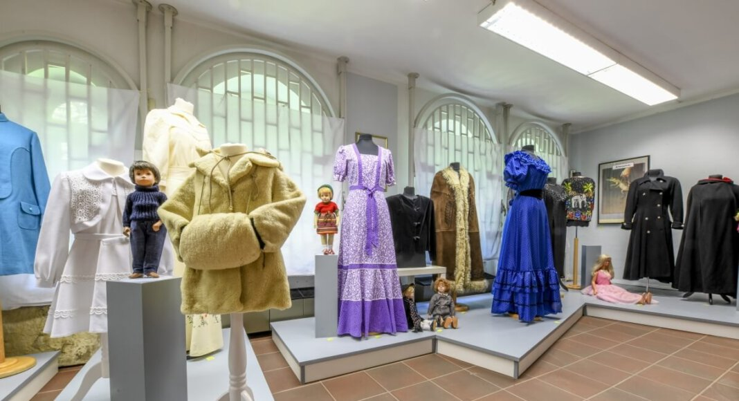 Die neue Ausstellung besteht aus rund 200 Exponaten und blickt auf die Entwicklung von Kleidung und Mode in der Zeit zwischen 1820 bis 2020. Foto: Stadt Lünen