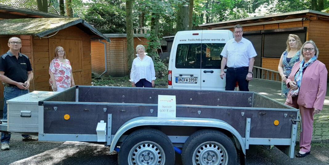 Spendenübergabe mit u.a. Christoph Bergmann (ganz links), Vorsitzender der Freilichtbühne, und Annegret Lohmann (3. von links), Vorsitzende der Bürgerstiftung. Foto: Privat