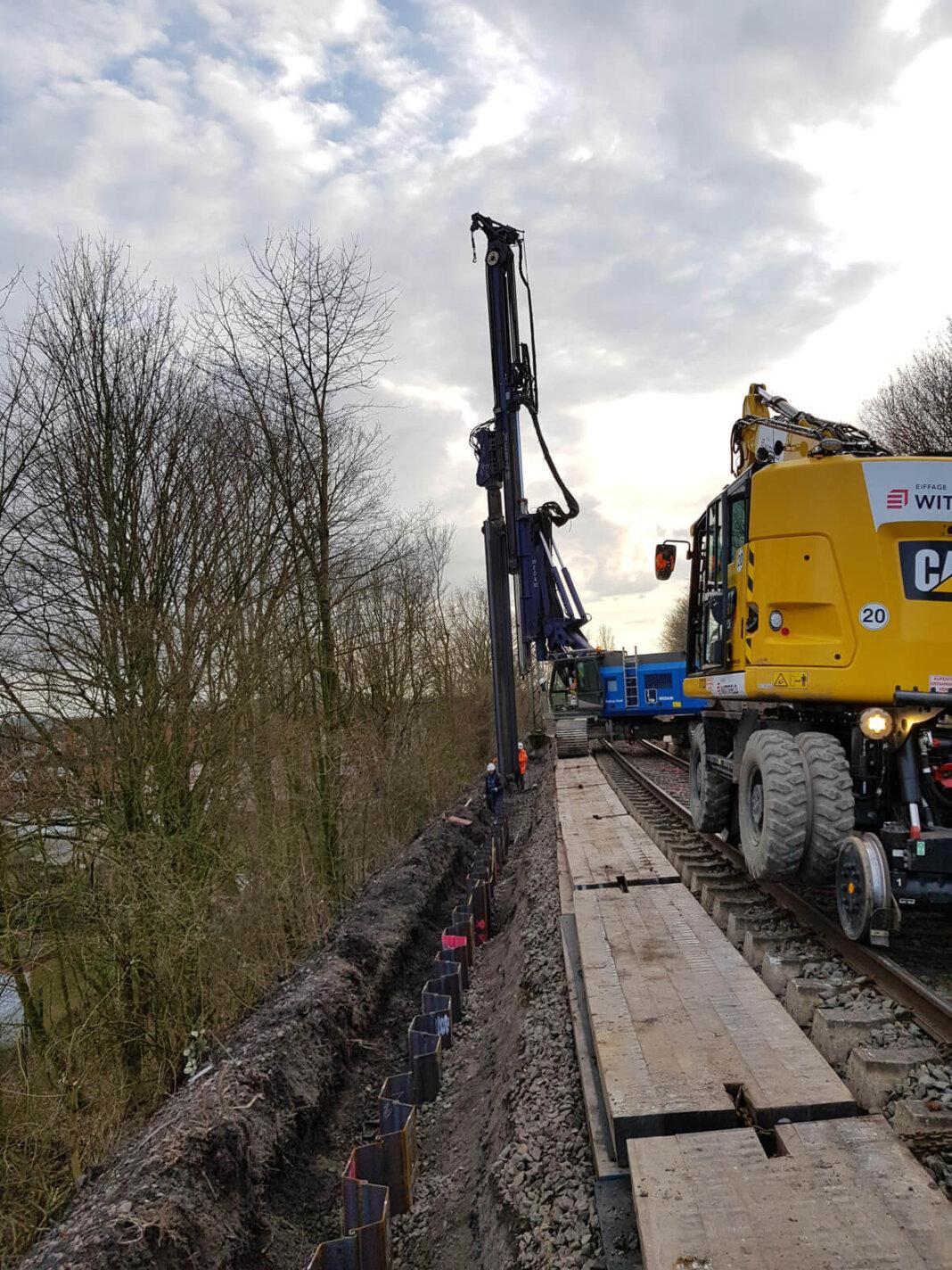 Die Deutsche Bahn baut in den Eisenbahndamm in den Streckenabschnitten in Werne und Ascheberg auf einer Länge von mehr als fünf Kilometern ein Spundwand-Stützbauwerk. Foto Deutsche Bahn AG