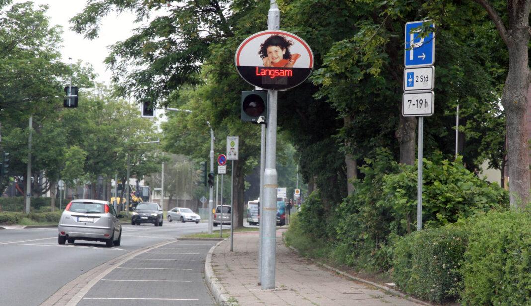 Der Kreis Unna kontrolliert die Geschwindigkeit der Autofahrer - auch in Werne. An der Wiehagenschule (Stockumer Straße) ermahnt eine elektronische Anzeige, Tempo 30 zwischen 7 und 17 Uhr zu fahren. Foto: Wagner