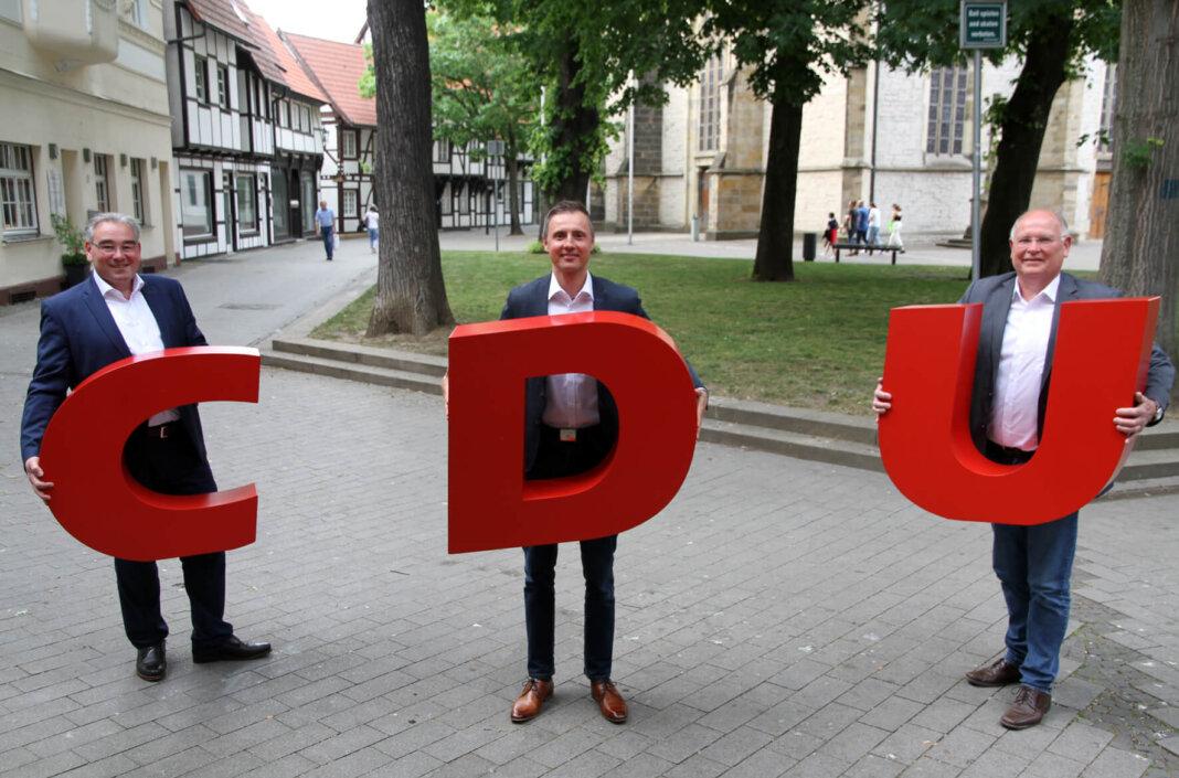 Willi Jasperneite (rechts) und Christian Schmid stellten den CDU-Bürgermeisterkandidaten vor. Es ist Dominik Bulinski (Mitte). Foto: Wagner