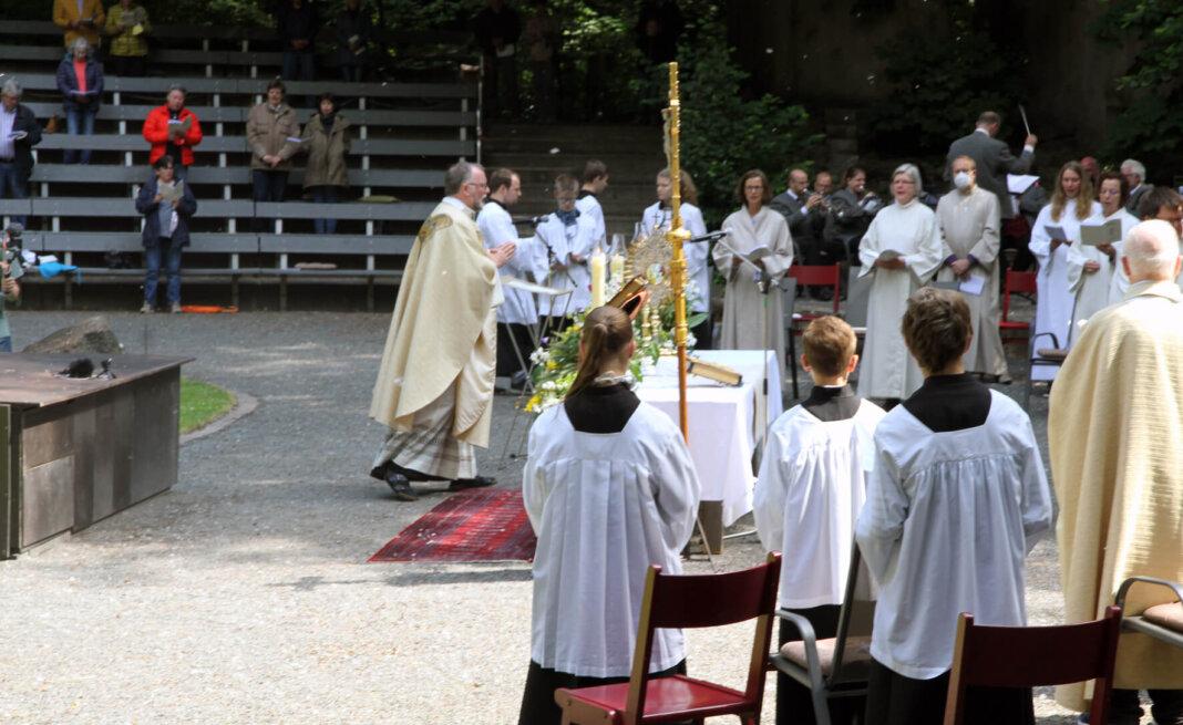 Der Gottesdienst zu Fronleichnam wurde heute in der Freilichtbühne gefeiert. Auch die Stadtprozession am 21. Juni wird an diesen Schauplatz