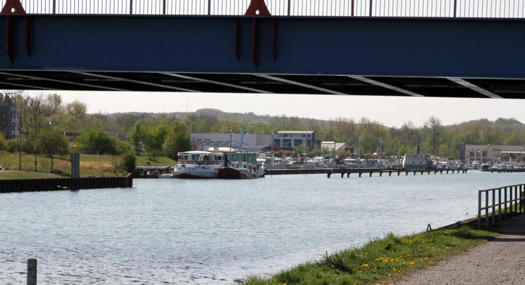 Am Kanal entlang und an die Marina Rünthe vorbei - Radfahrer lieben diese Strecke. Foto: Wagner