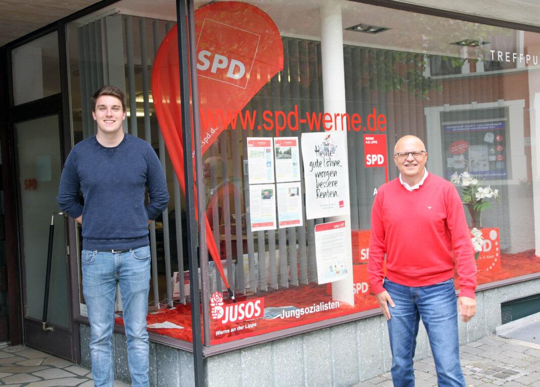 Die SPD-Ortsvereinsspitze mit Siegfried Scholz (rechts) und Jan Oestermann unterstützt bei der Bürgermeisterwahl Amtsinhaber Lothar Christ. Foto: Wagner