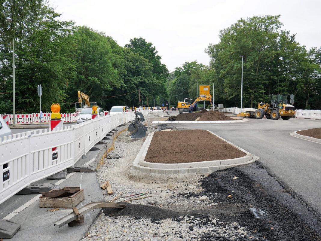 Die Fahrspur durch die Baustelle wird durch den fertiggestellten Teil des Kreisverkehrs geführt. Foto: Gaby Brüggemann