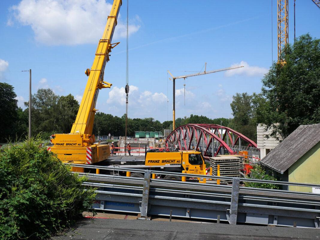 Während der Vollsperrung am ersten Juliwochenende - aus Sicherheitsgründen bleibt auch die angrenzende Radwegbrücke gesperrt - werden die drei Hauptträger mithilfe der Riesenkräne an Ort und Stelle gerückt. Foto: Gaby Brüggemann