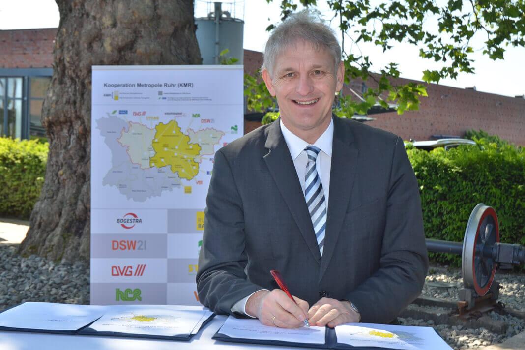 Auch Landrat Makiolla unterzeichnete den 11-Punkte-Plan zur Stärkung des ÖPNV. Foto Andre Grabowski - Stadt Bochum