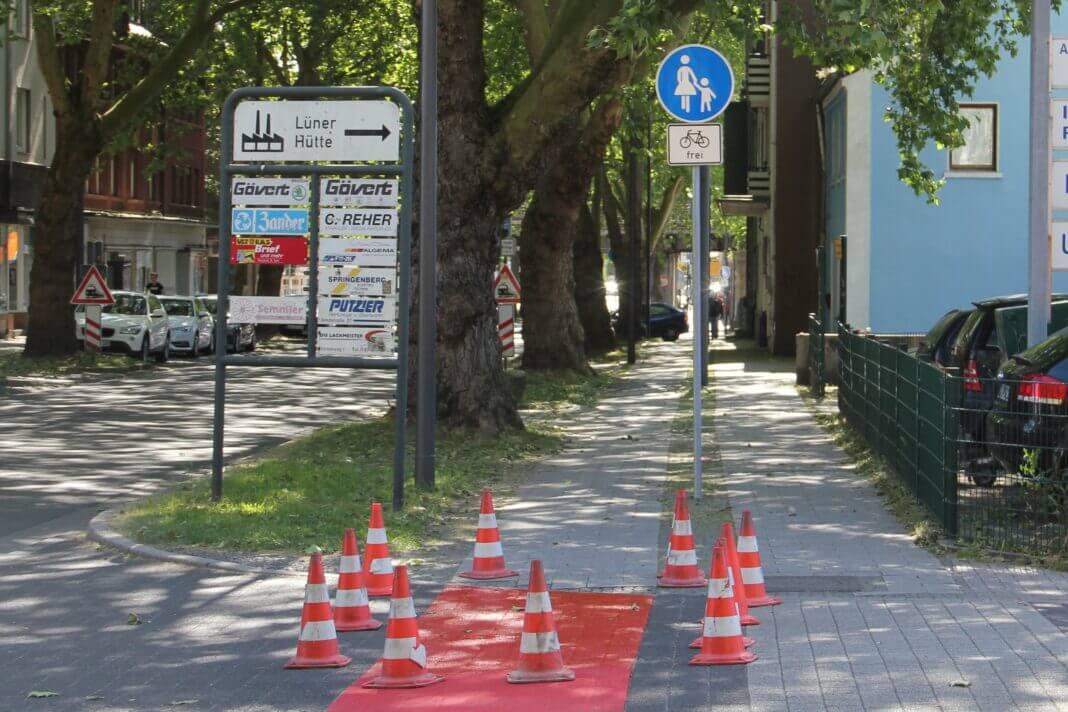 Die neue Beschilderung weist einen Sonderweg für Fußgängerinnen und Fußgänger aus. Ergänzt wird die neue Regelung mit dem Schild