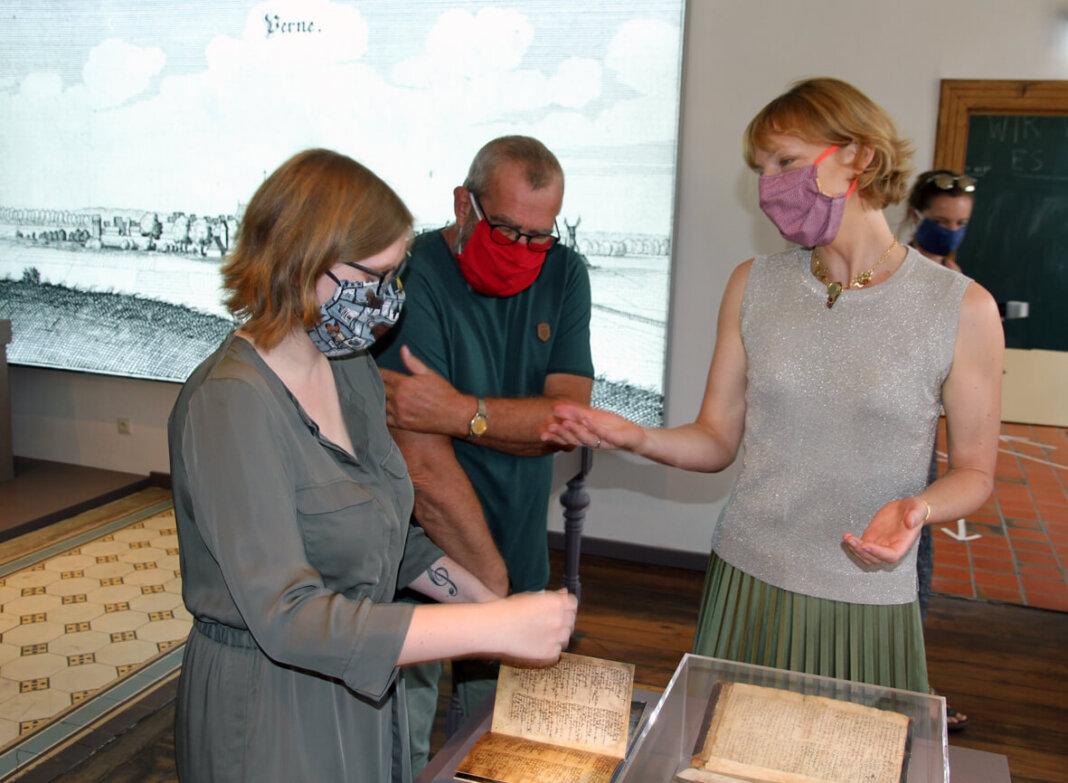 Dr. Constanze Döhrer (rechts) erläutert Gästen der Eröffnungsfeier die Neukonzeption des Bürgerraums. Foto: Wagner
