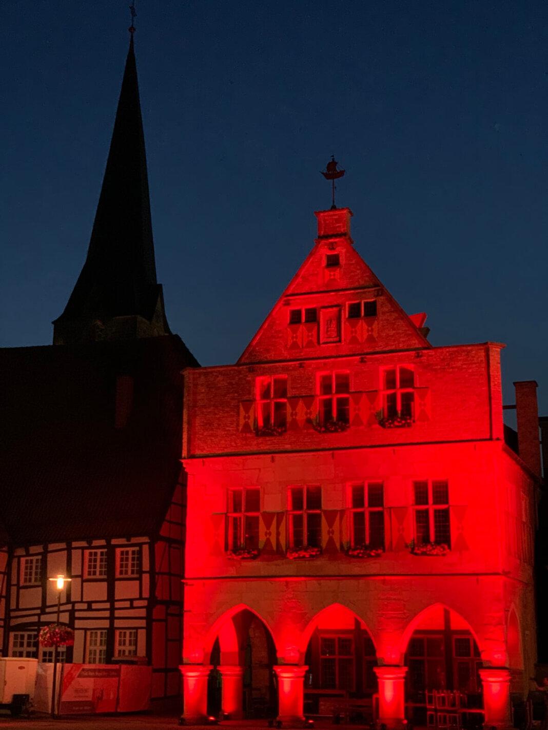 Das Alte Rathaus wurde gestern am späten Abend rot illuminiert. Foto: Hubert Kramer