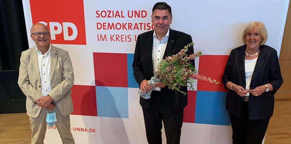 Mario Löhr nahm die Glückwünsche der Kreistagskandidatin Angelika Chur und vom Werner Ortsvereinsvorsitzenden Siegfried Scholz entgegen. Foto: SPD Werne