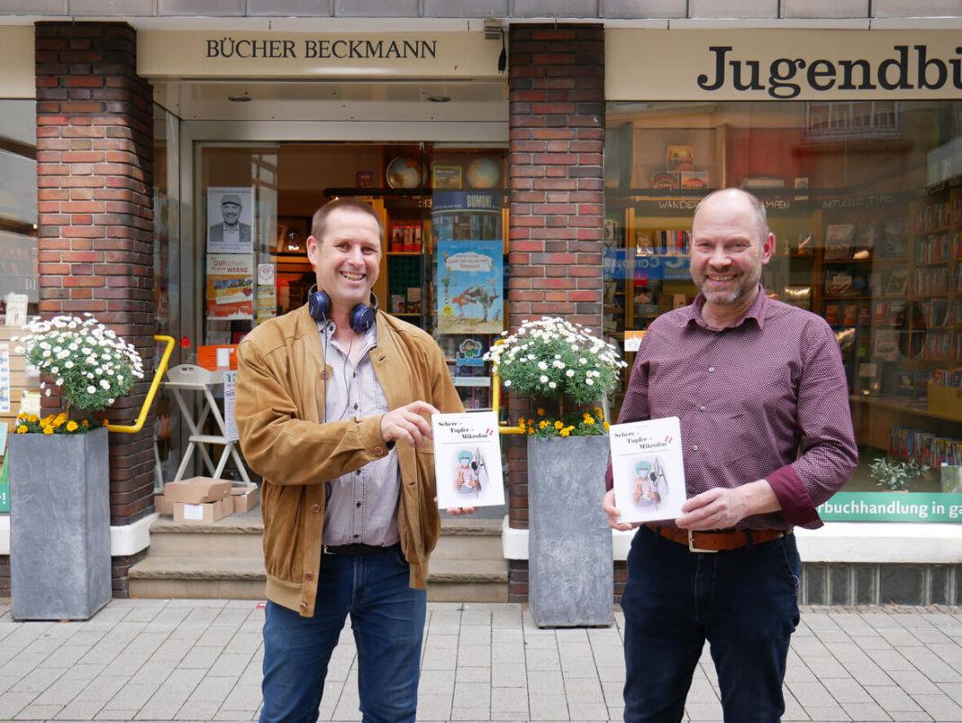 Hubert Schmölzl (links) stellte mit Hubertus Waterhues sein neuestes Buch rund um das Krankenhausradio vor. Foto: Gaby Brüggemann