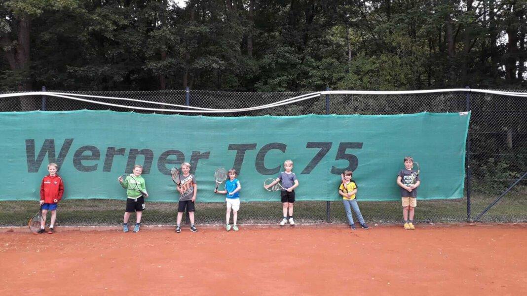 Die Midcourt-Mannschaft der unter 10jährigen des WTC 75, die sich für eine Teilnahme am Mannschaftspielbetrieb entschieden hat trainiert, mit Sicherheitsabständen, fleißig für den Mannschaftswettbewerb ab August 2020. Foto: WTC