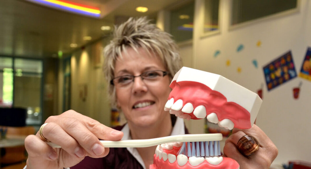 Prophylaxe-Fachkraft Heike Reimann vom Zahnärztlichen Dienst des Kreises zeigt am Modell, wie Kinderzähne richtig geputzt werden. Foto: Birgit Kalle – Kreis Unna