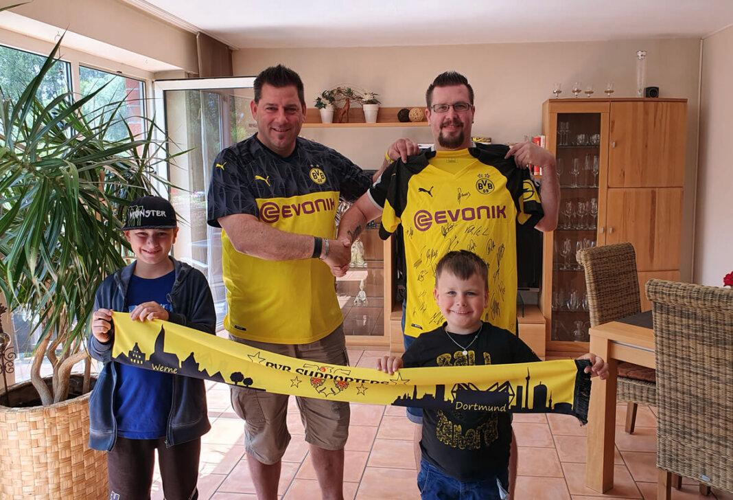 Auf dem Bild sind neben dem Sieger Sven Gründer (33) und dem Vorsitzenden des Fanclubs Maik Jankowski, auch Svens Söhne Jerome (5) und Joshua (10) zu sehen. Foto: Privat