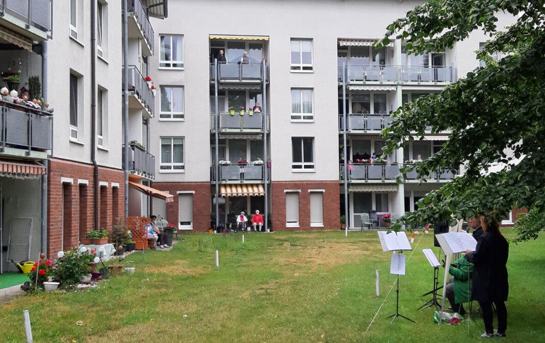 Balkonkonzert mit Mitgliedern der Chorgruppe Senfkorn: Um die Abstandsregeln einzuhalten, traten die Künstlerinnen und Künstler in den Außenbereichen der Pflegeeinrichtungen auf. Foto: Stadt Lünen