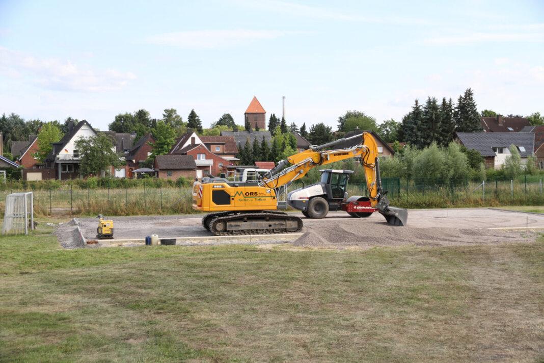 Am Anne-Frank-Gymnasium weicht der Bolzplatz einem Kunstrasenplatz. Auch innerhalb der Schule wird gearbeitet. Foto: Wagner