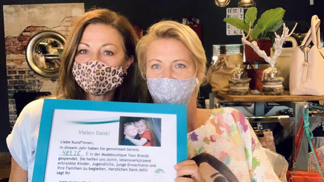 Elke Merchel (links) und Anne Seidler nähten Masken für den guten Zweck. Foto: Privat