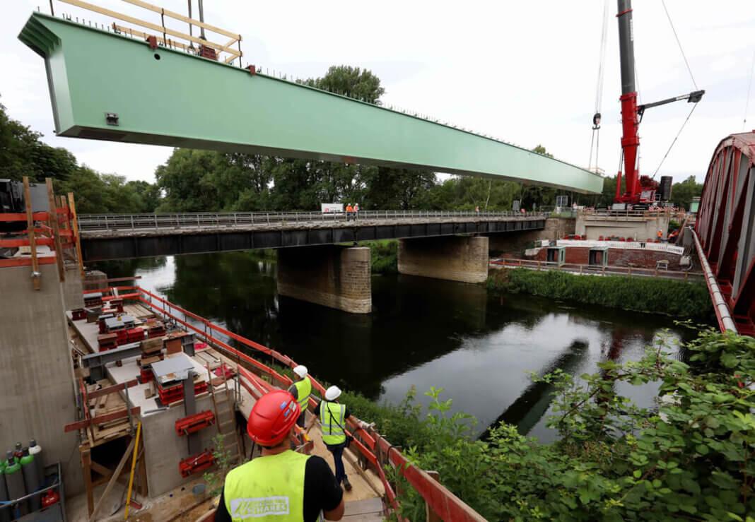 Die spektakulären Arbeiten an der B233-Brücke über die Lippe haben bereits am Freitag begonnen. Seit Samstag werden die XXL-Stahlträger auf Behelfswiderlager transportiert. Foto: Christoph Volkmer