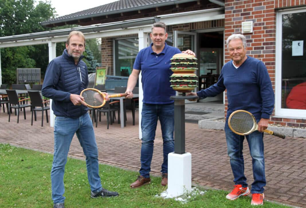 Willi Kraak (links) und Klaus Wittenborn (rechts) vom TC Blau-Weiss freuen sich auf die Zusammenarbeit mit Markus Bickmann. Foto: Wagner