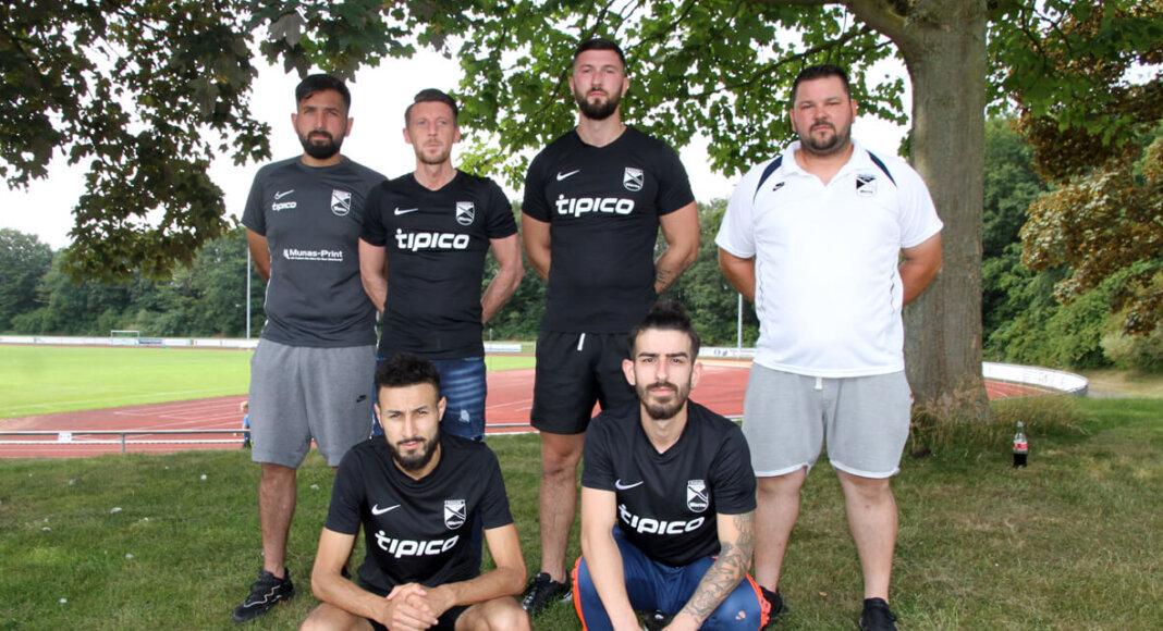 Coach Mario Martinovic (rechts) und Co-Trainer Aykut Kocabas (hinten, links) präsentieren ihre hochkarätigen Neuzugänge. Foto: Wagner