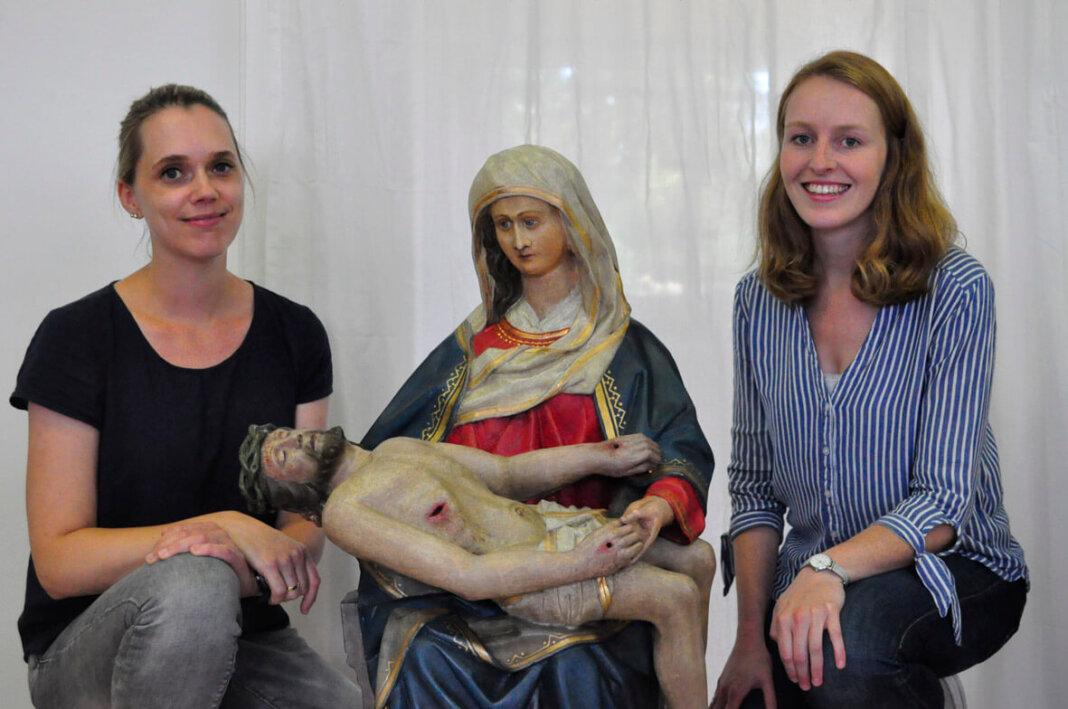 Anne-Sophie Hinnüber-Eysing (links) und Patricia Schering restaurierten die Pieta aus Werne. Foto: Dr. Anke Schwarze