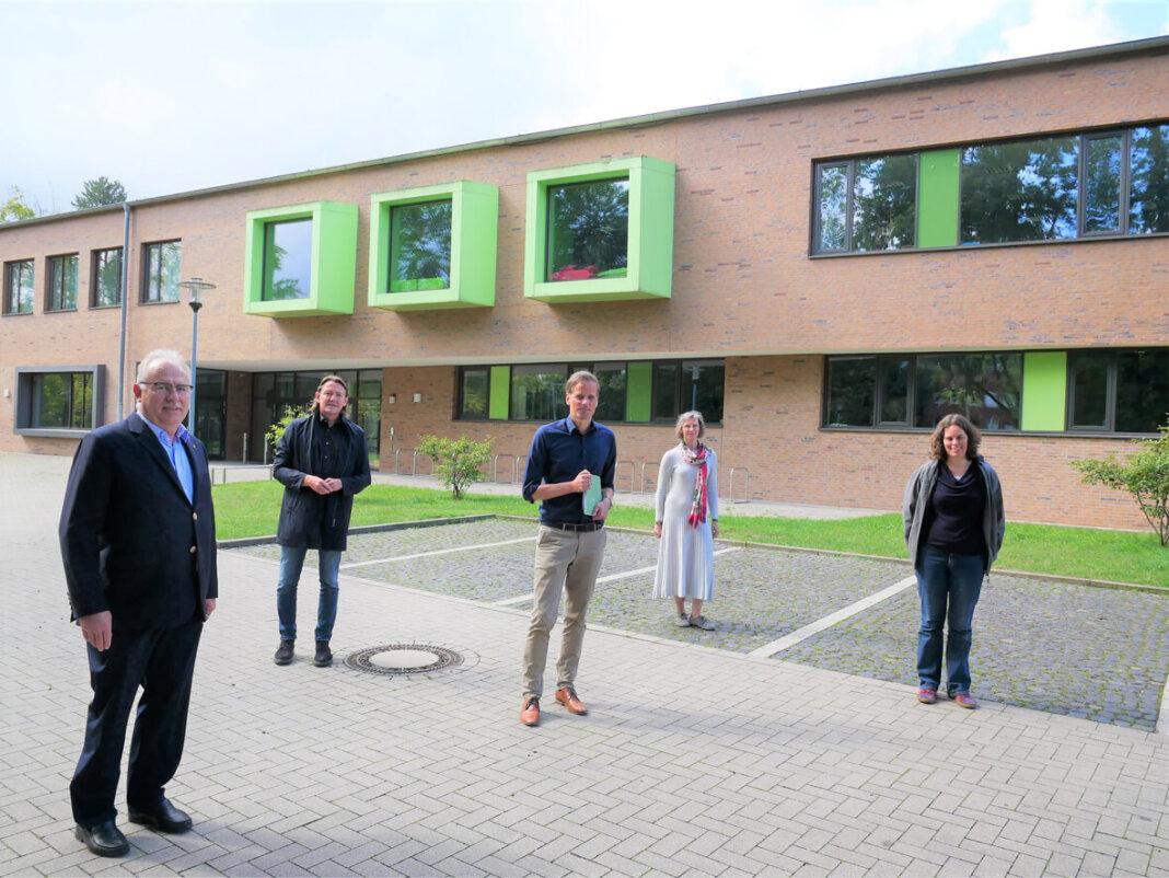 Stellten das Projekt vor (von links): Michael Zurhorst, Wolfgang Bille (beide Lionsclub), Alexander Ruhe (Dezernent), Kerstin Obrikat (VHS, Integration) und Monika Frantzmann (Jugendhilfe). Foto: Gaby Brüggemann