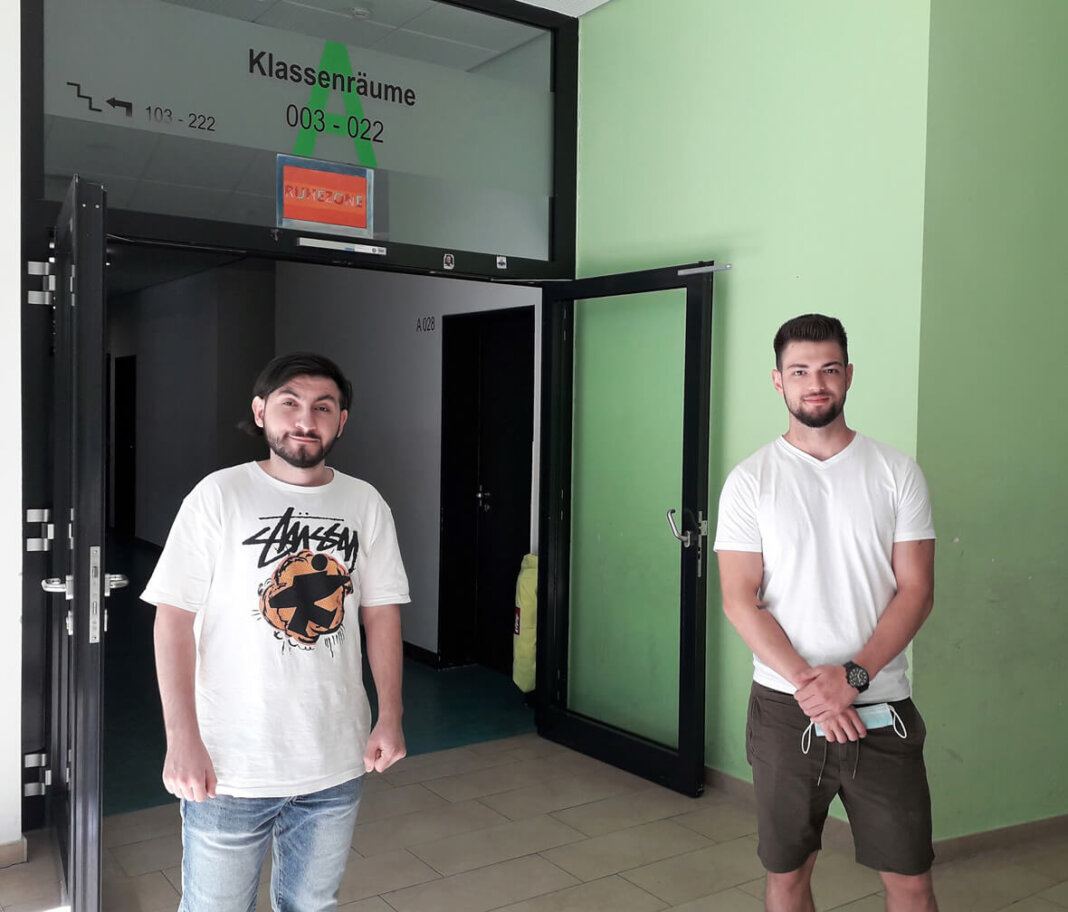 Die Studenten Ihsam Vural und Fatih Hamut vom Verein Chancenwerk helfen Kindern von weiterführenden Schulen dabei, durch Corona entstandene Lücken zu schließen. Auf den individuell abgestimmten Förderunterricht am Morgen folgt Ferienspaß am Nachmittag. Foto: Gaby Brüggemann
