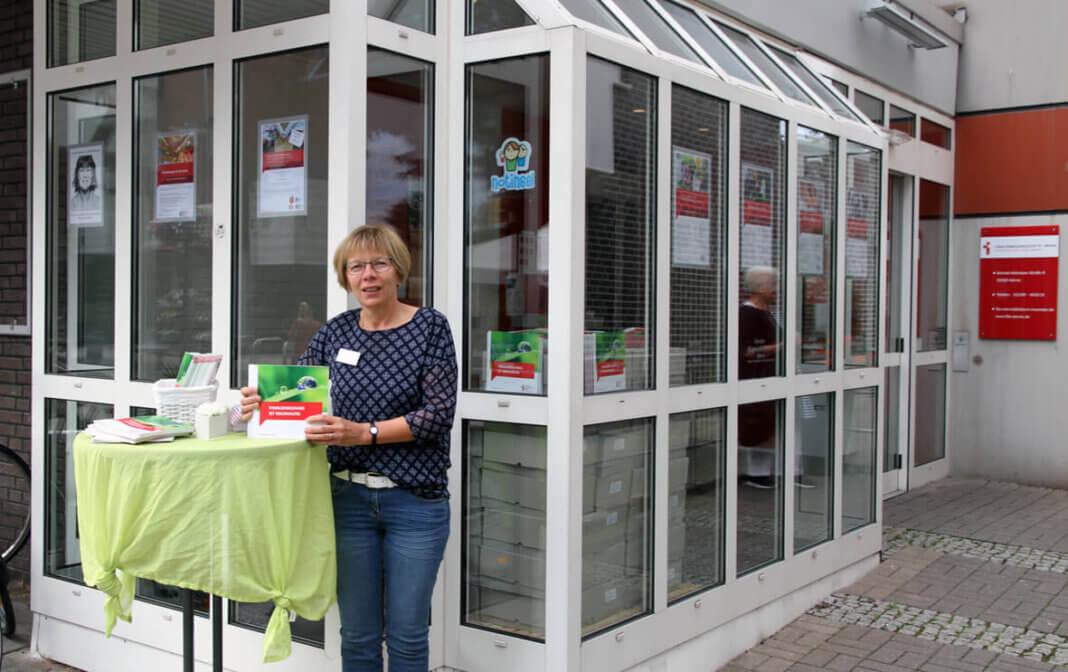 Verwaltungsmitarbeiterin Margret Overhage,präsentiert das neue Fabi-Programm 2020/21. Foto: Wagner