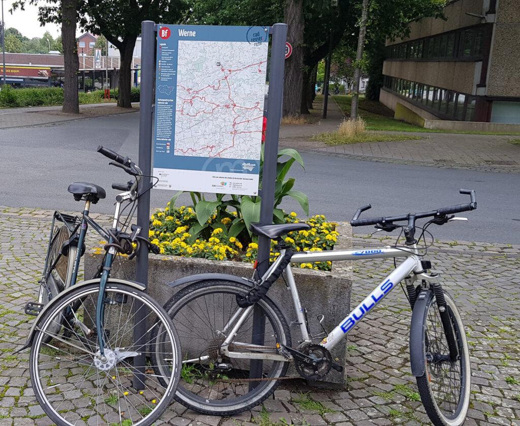 """Keine rechtliche Handhabe besteht, """"wild parkende"""" Räder zu entfernen. Die FDP-Fraktion drängt auf mehr Fahrradständer. Foto: Wagner"""