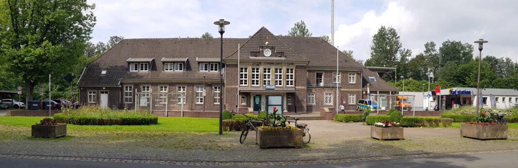 Im Rondell vor dem Bahnhofsgebäude hat das Ordnungsamt zwölf Fahrräder entfernt, die Pflegearbeiten behindert haben. Foto: Wagner