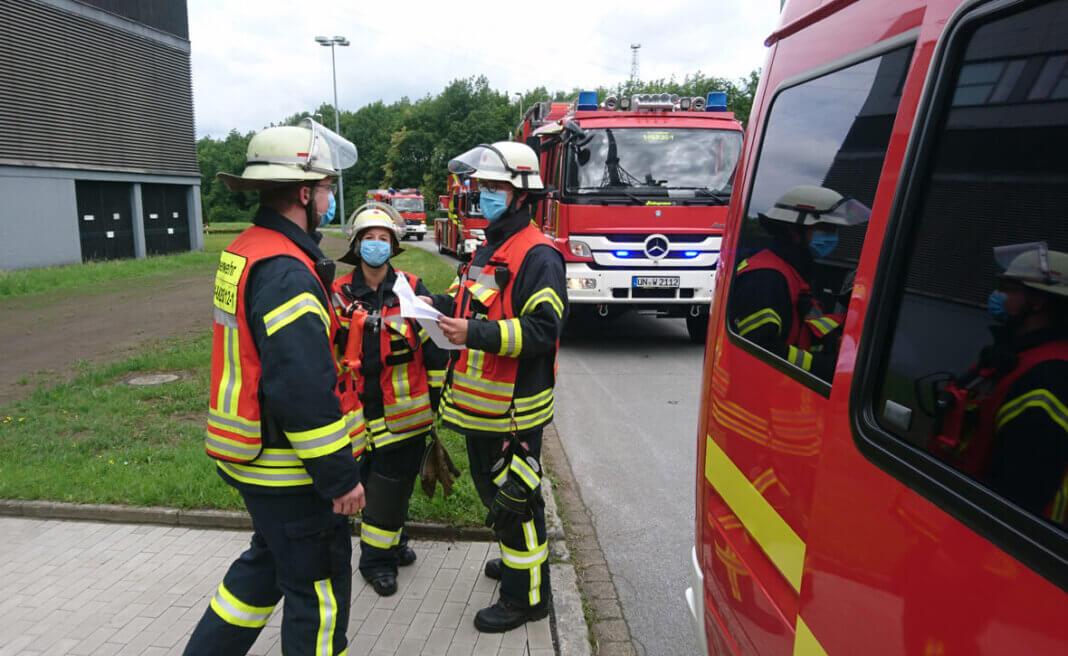 Der Löschzug Stockum erkundete die Lage gemeinsam mit der Werkfeuerwehr des GersteinwerkDer Löschzug Mitte verblieb im Bereitstellungsraum. Foto: Feuerwehr Werne