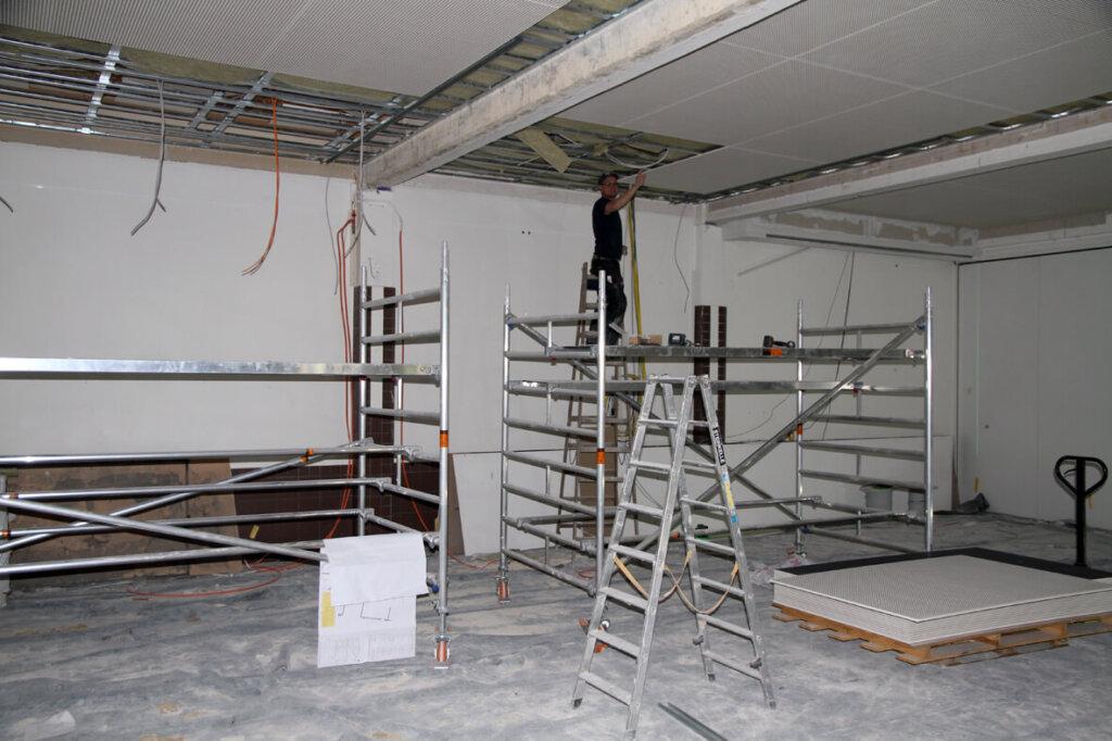 In der Aula wird die komplette Deckenkonstruktion erneuert. Foto: Wagner