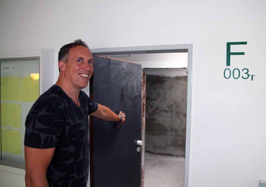 Thorsten Schröer, Schulleiter des Gymnasiums St. Christophorus, erklärte die Baumaßnahmen. Auch die Lehrertoiletten werden neu gemacht. Foto: Wagner
