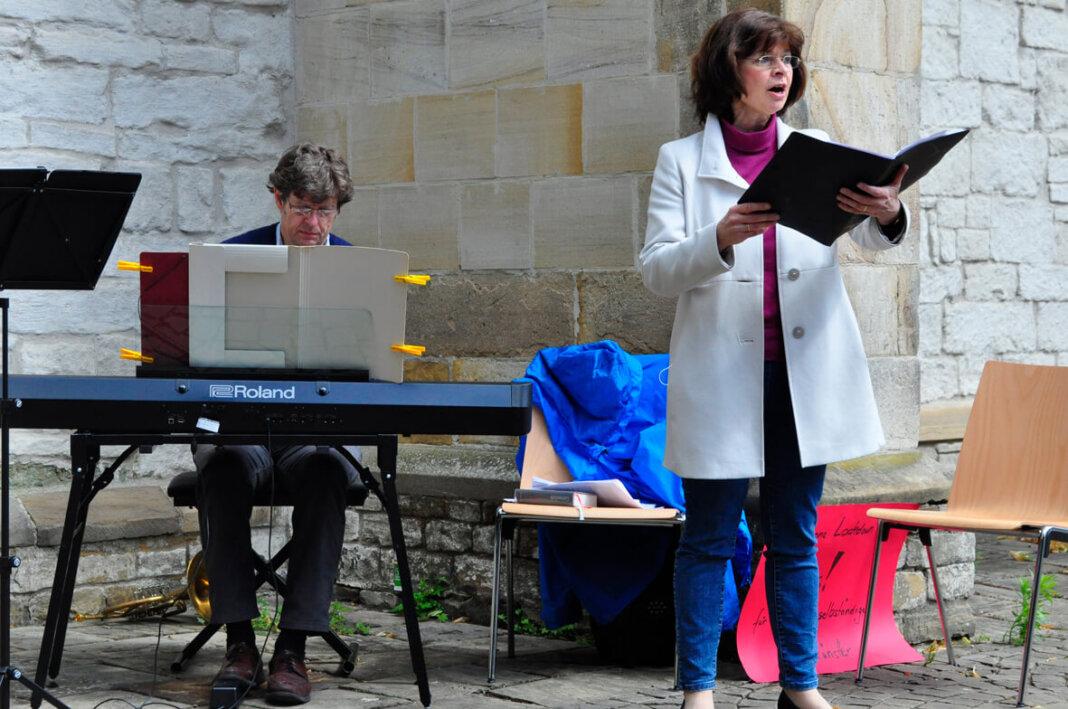 Innig intonierte Dagmar Wensing eine Bach-Arie auf dem Kirchplatz. Foto: Anke Schwarze
