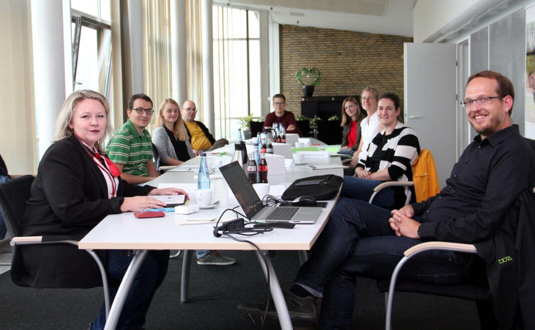 Acht Klimaschutzmanagerinnen und -manager trafen sich in Lünen: Sandra Osowski von der Stadt Lünen (vorne links) und Simon Knur von der Kommunalagentur NRW (vorne rechts) hatten dazu in die 14. Etage des Rathauses eingeladen. Foto: Stadt Lünen