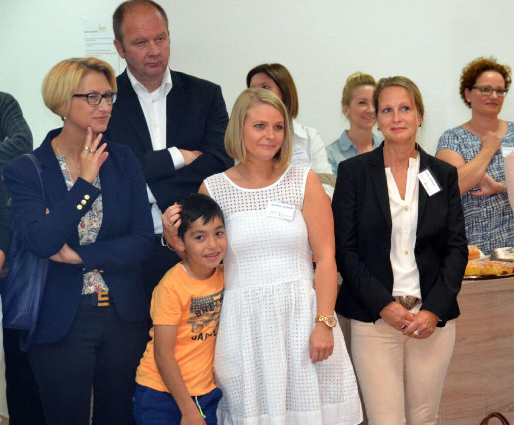 Christina Schmidt (mitte) mit Ehrengästen wie Carolin Brautlecht (links) und Stefanie Kißmann (Jugendhilfe) bei der offiziellen Eröffnung. Foto: Archiv