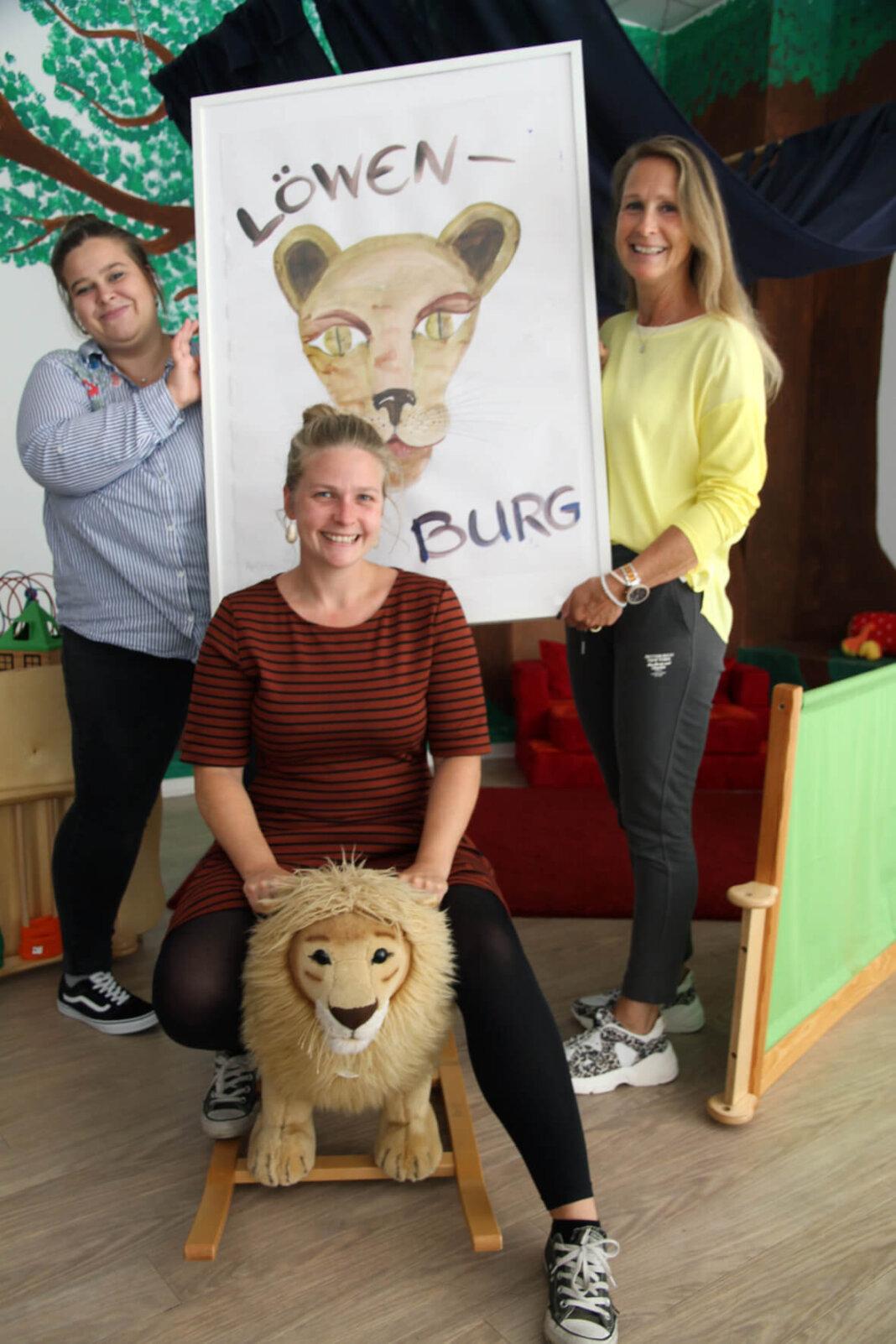 Leonie (links), Erika und Christina Schmidt (vorne) mit einem Bild, gemalt von einem ehemaligen Schützling. Sie blicken auf vier tolle Jahre in der