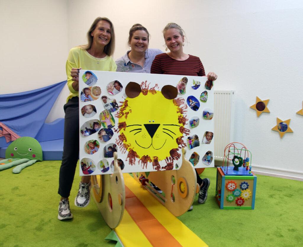 """Mit vielen Erinnerungen wie dieses Kunstwerk samt Fotos der """"Löwenkinder"""" verlassen Erika, Leonie und Christina Schmidt die Einrichtung. Foto: Wagner"""