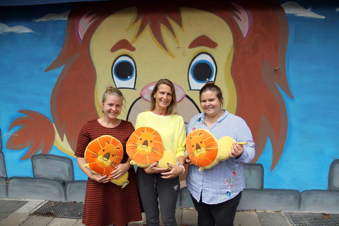 Christina (von links), Erika und Leonie Schmidt verlassen die