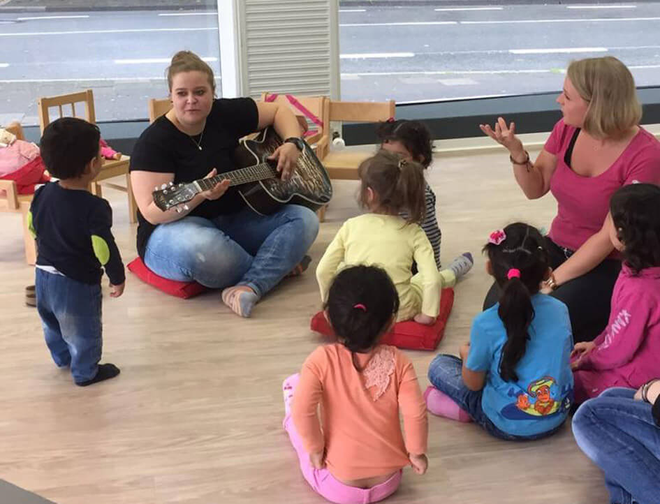 """Leonie Schmidt musiziert mit den """"Löwenkindern"""". Foto: Schmidt"""