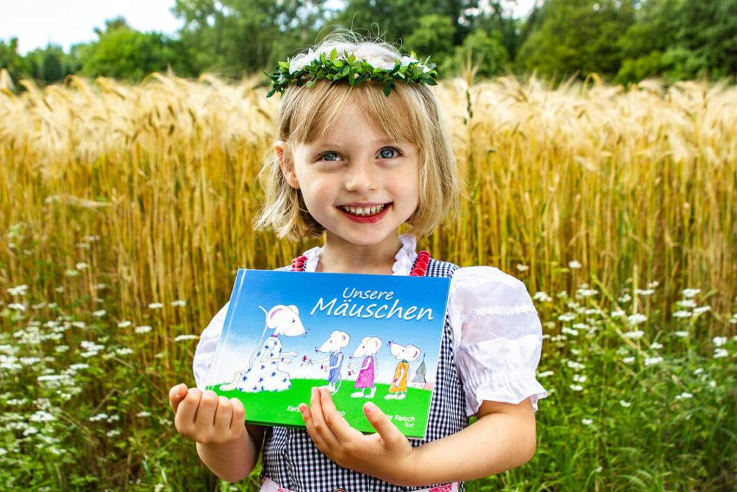 Mila präsentiert das Mäuse-Buch ihrer Mama Kerstin Ringelkamp, das ab sofort erhältlich ist. Foto: RIngelkamp