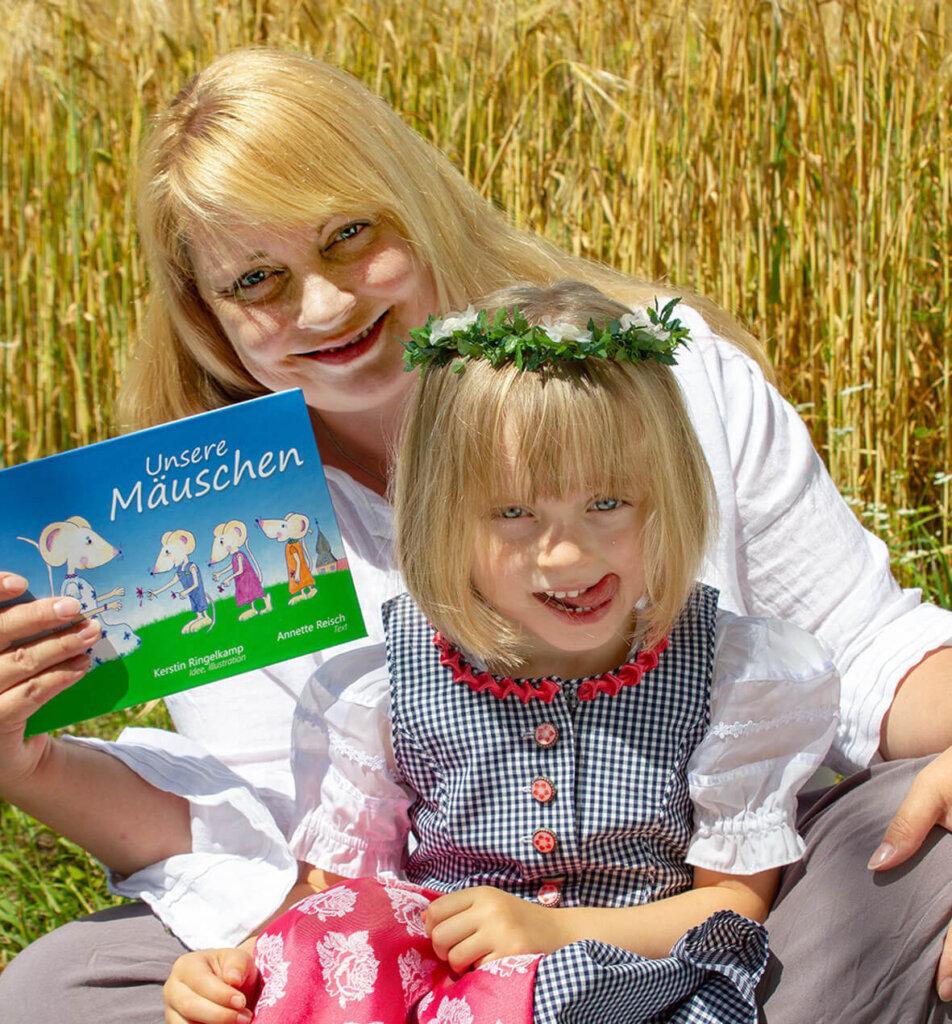 Kerstin Ringelkamg und Töchterchen Mila sind stolz auf das Mäusebuch. Foto: Ringelkamp