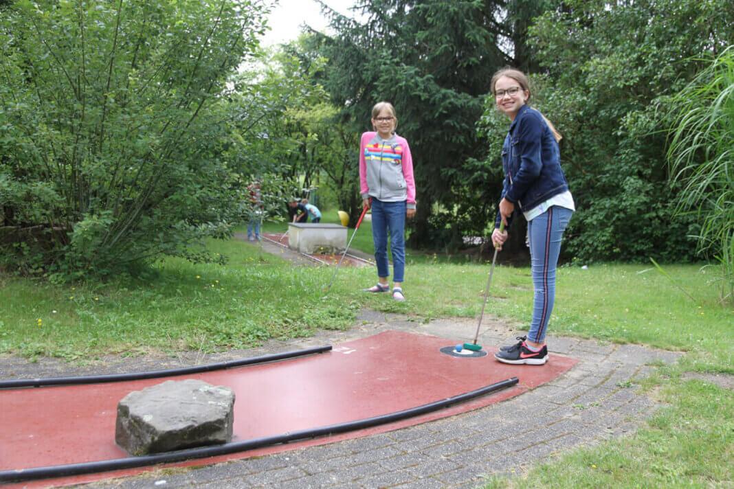 Maja (rechts) und Lina haben Spaß bei einer Runde Minigolf. Foto: Wagner