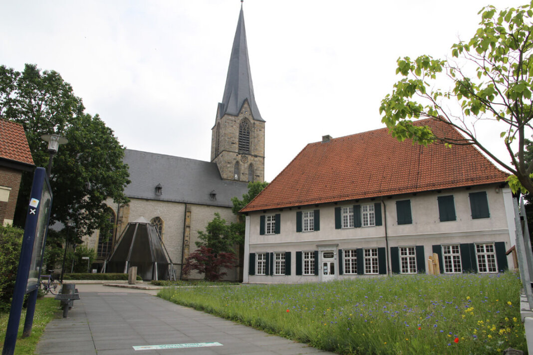 Die Führung rund um die Christophorus-Kirche startet vor dem Museum. Foto: Wagner